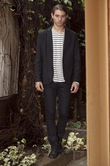 Obey černé sako, černé kalhoty, pruhovaná tričko