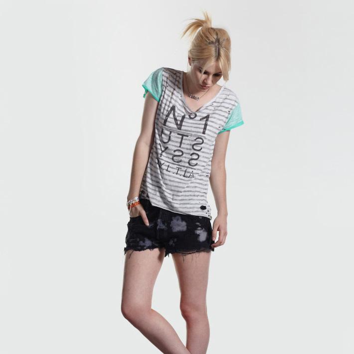Stussy pruhované tričko, černé šortky dámské
