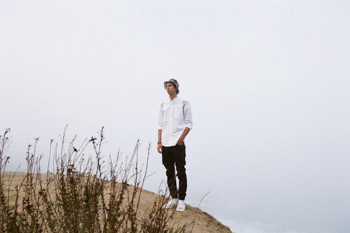 Publish bílá pánská košile, černé pánské kalhoty