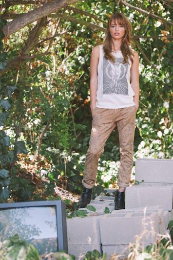 Obey dámské bílé tričko spotiskem, hnědé kalhoty