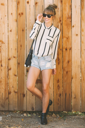 Obey pruhovaná bílá košile dámská, jeansové kraťasy