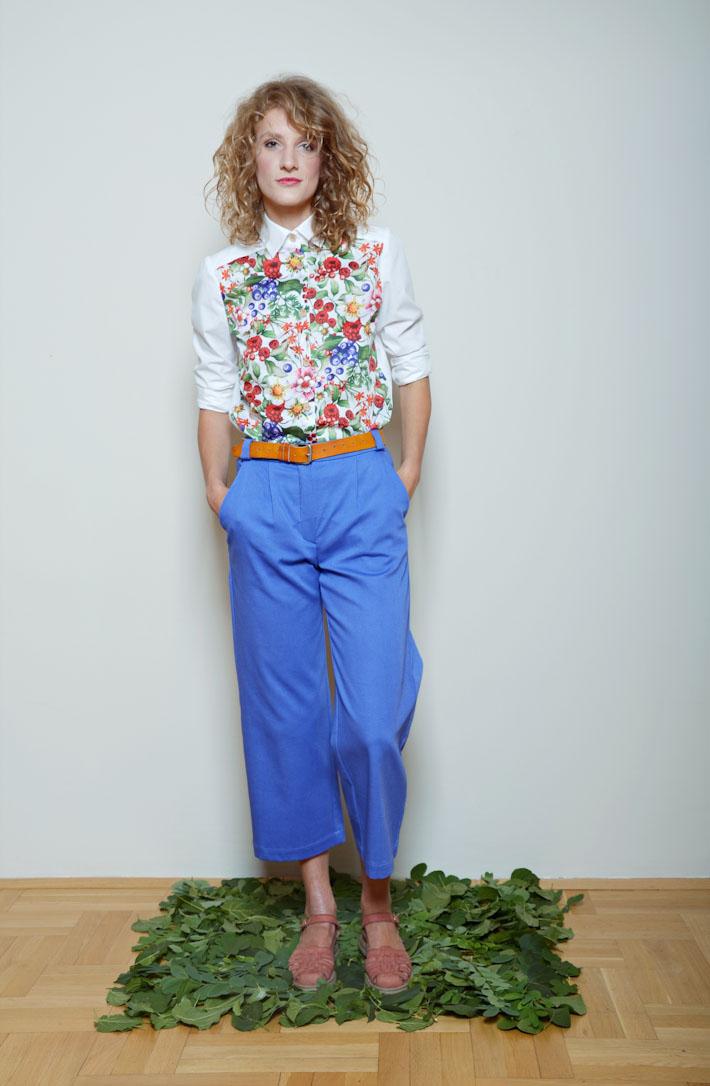 Kele dámské modré kalhoty, květinová košile
