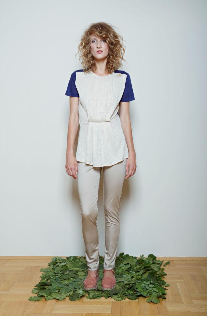 Kele dámské tričko bílo modré, lesklé těsné kalhoty krémové