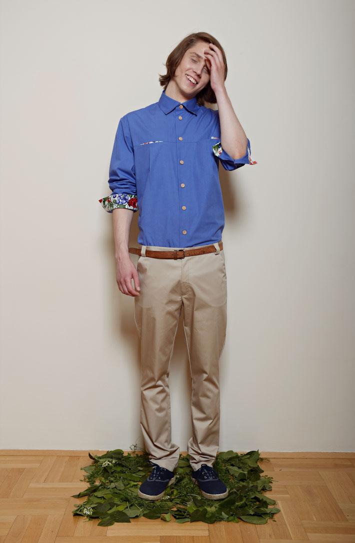 Kele – pánská modrá košile dlouhý rukáv, pískové kalhoty
