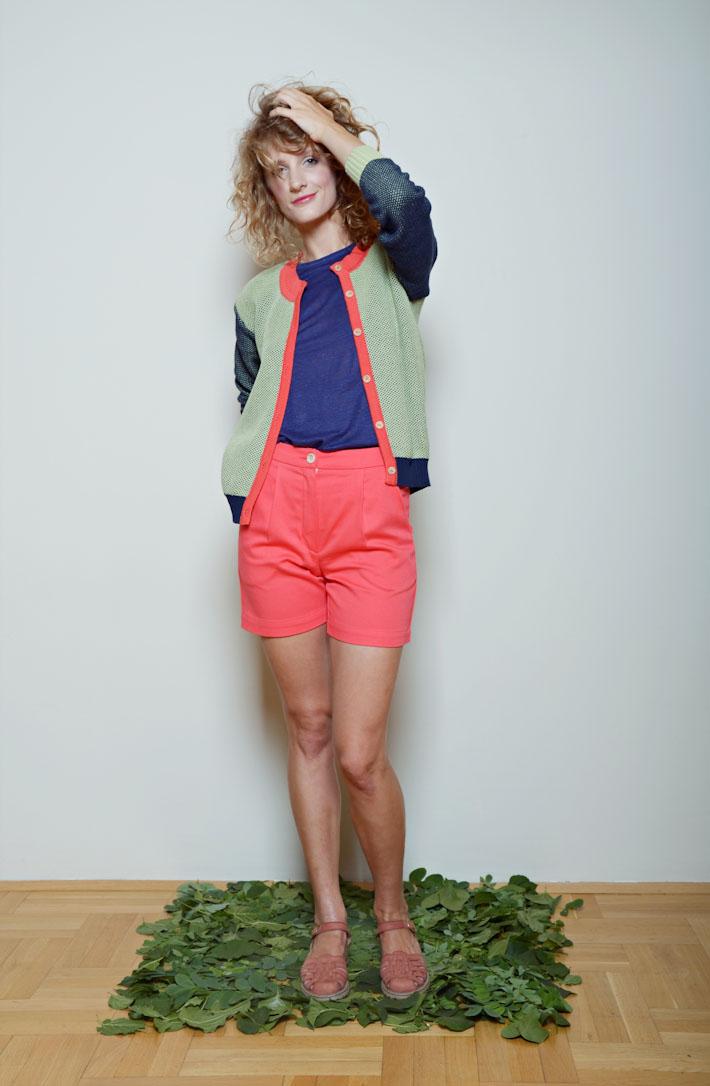 Kele dámský lehký svetřík zeleno modrý, modré tričko, růžové šortky