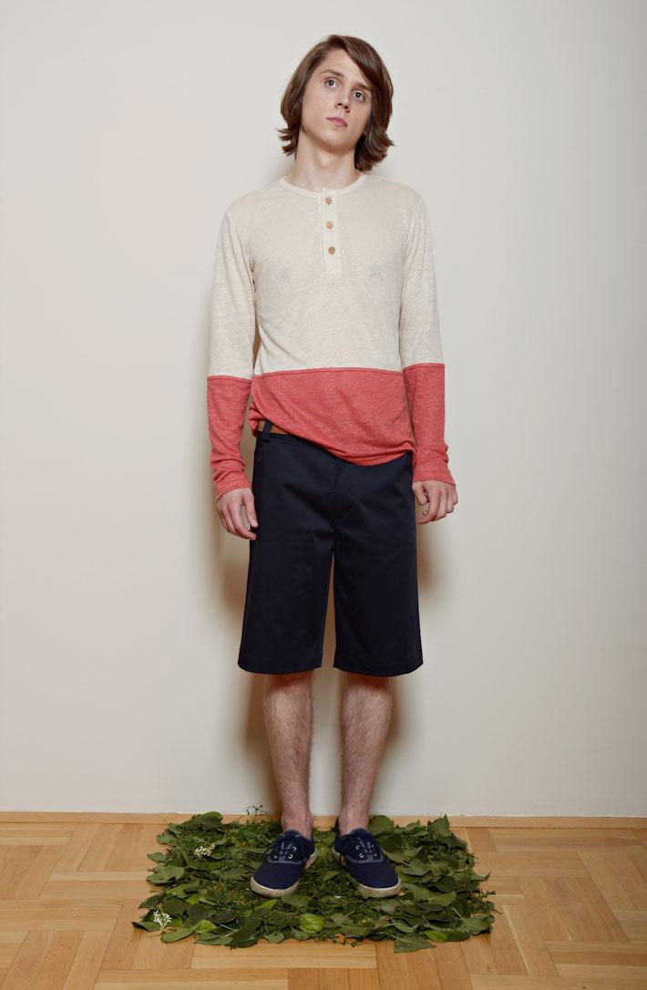 Kele – červeno pískové pánské tričko sknoflíčky, modré šortky