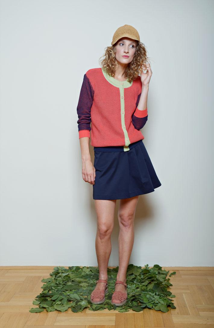 Kele dámský lehký svetřík červeno zelený, modrá sukně