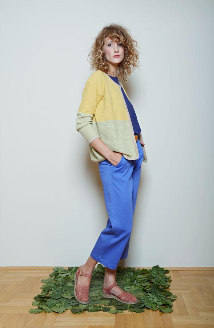Kele dámský svetřík žluto zelený, modré tričko, modré kalhoty