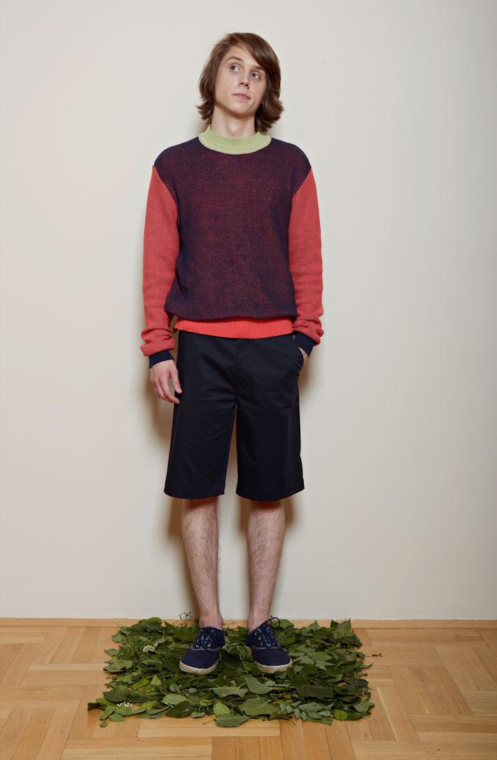 Kele – pánský šervený svetr, modré šortky