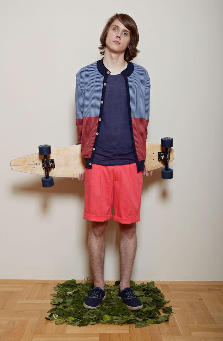 Kele – modro červený svetr na zapínání knoflíčky, modré triko, šortky