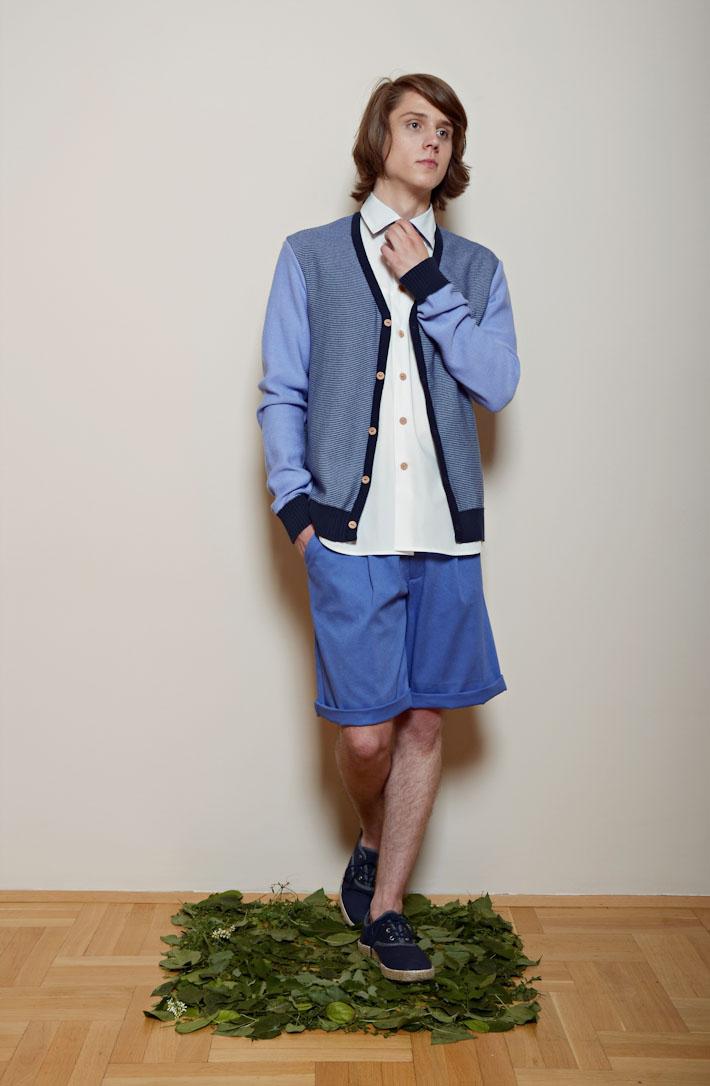 Kele – modrý zapínací svetr pánský, bílá košile, modré šortky