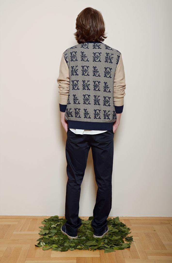 Kele – pánský svetr na zapínání, modré kalhoty