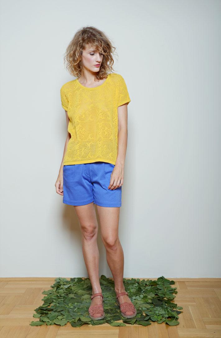 Kele žlutý svetřík, modré kraťasy dámské