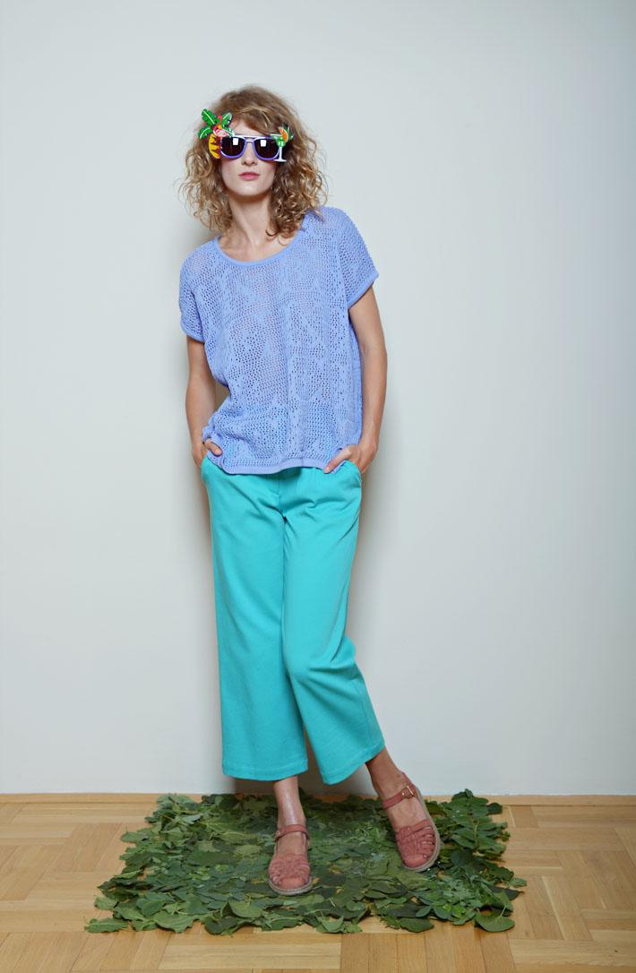 Kele modrý lehký svetr, zeleno modré kalhoty