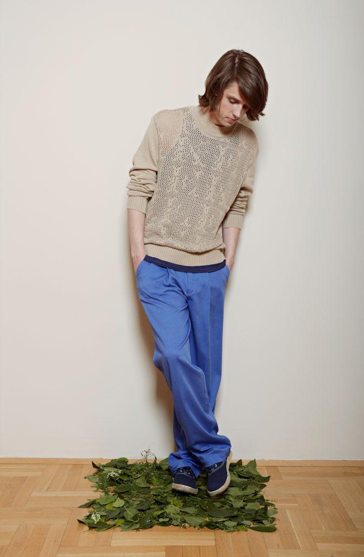 Kele – pánský pískový svetr, modré kalhoty