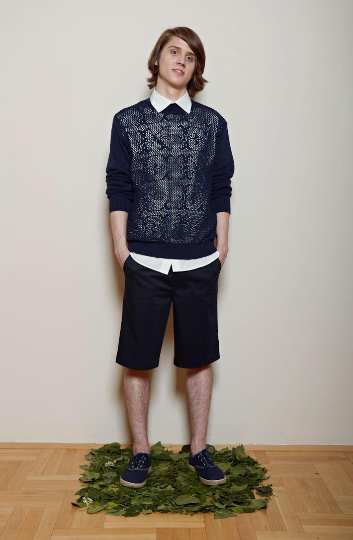 Kele – modrý pánský svetr, černé šortky