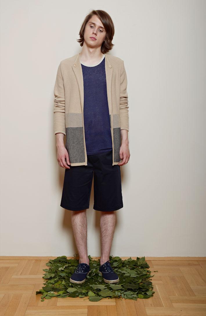 Kele – pískový dlouhý svetr pánský, modré triko, šortky