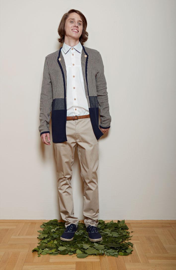 Kele – pruhovaný pánský dlouhý svetr, bílá košile, pískové kalhoty