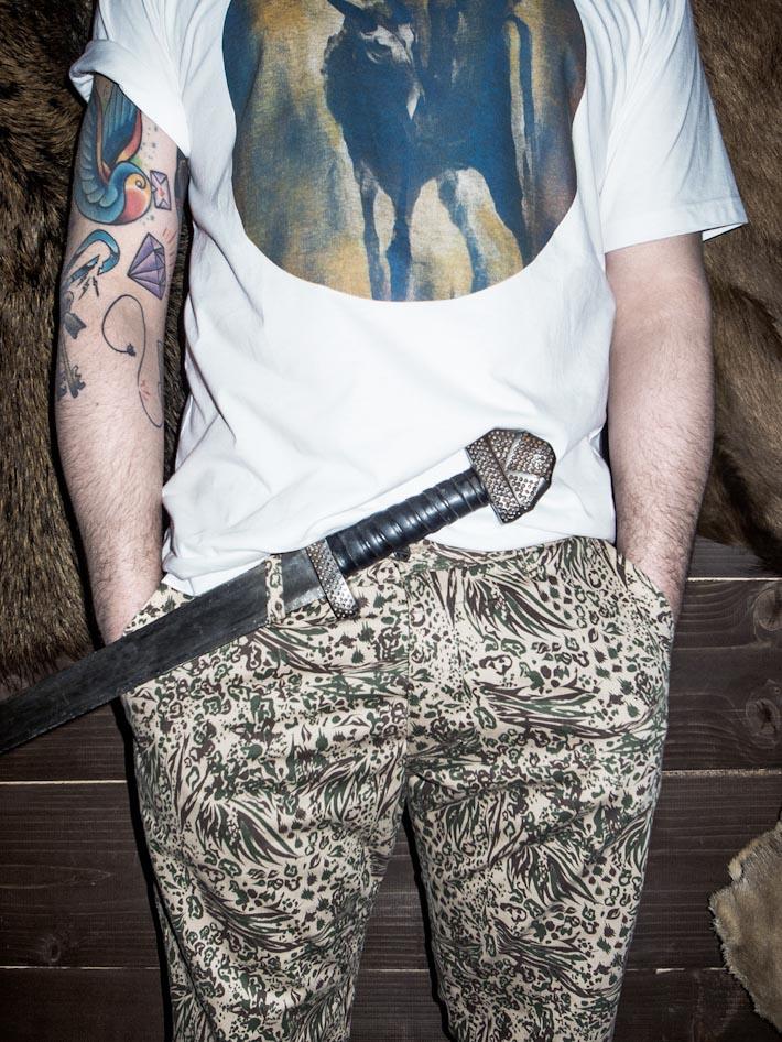 Turbokolor vzorované pánské kalhoty, bílé tričko spotiskem