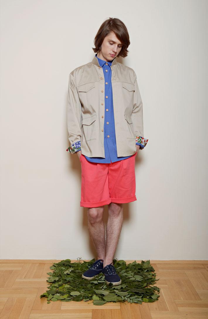 Kele – písková bunda, modrá košile pánská, oranžovo růžové šortky
