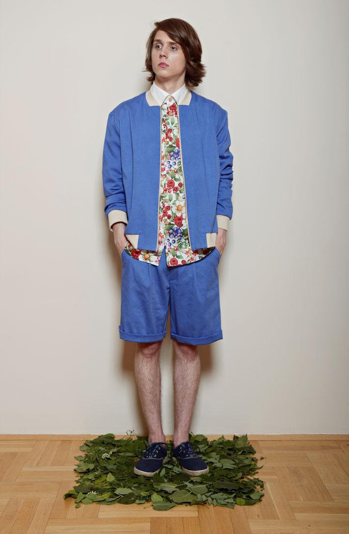 Kele – modrá pánská bunda, květinová košile, modré šortky