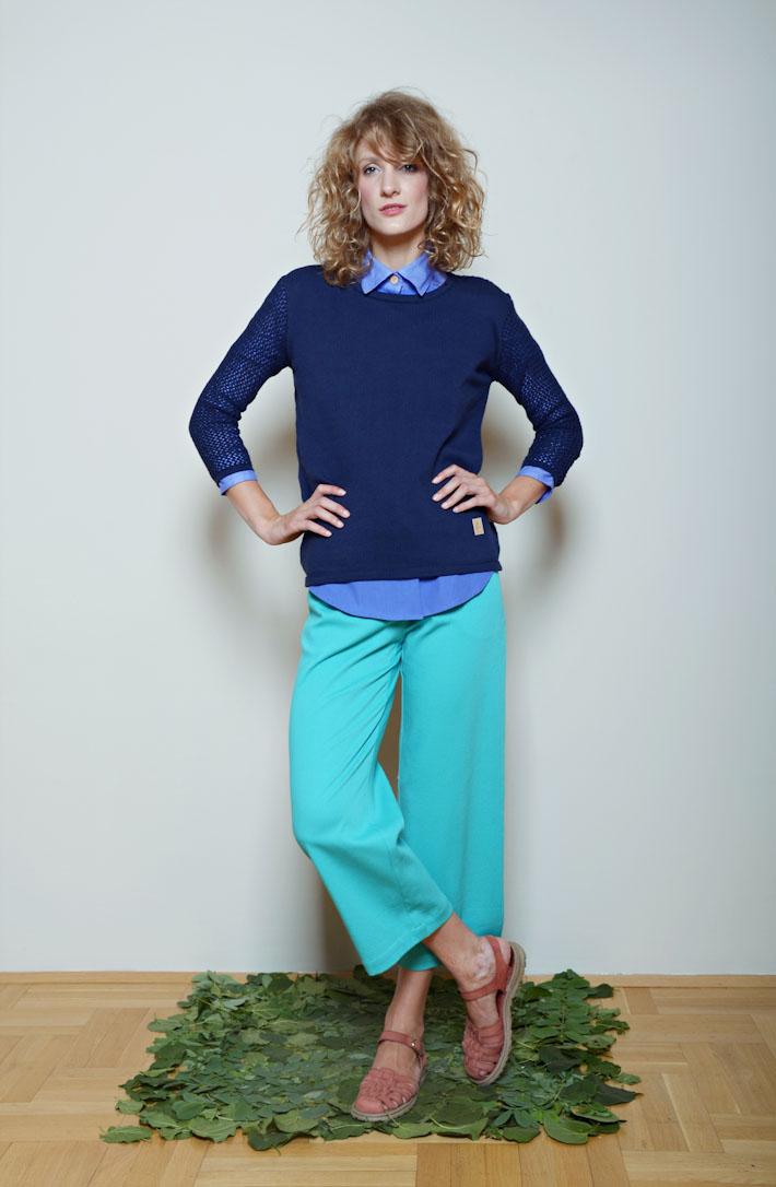 Kele modrý svetr, modrá košile, zeleno modré kalhoty