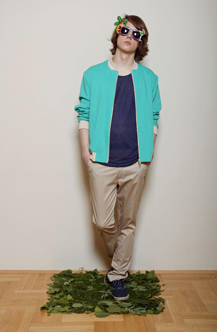 Kele – modrozelená pánská bunda do pasu, modré tričko, pískové šortky