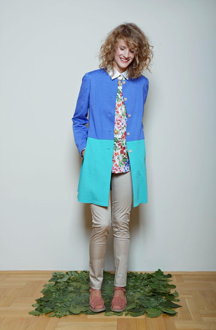 Kele dámské minimalistický kabátek modro zelený, těsné kalhoty, květinová košile