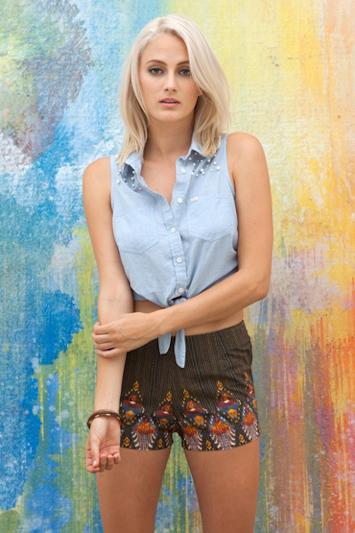 Obey dámská modrá krátká košile, dámské kraťasy hnědé se vzorem