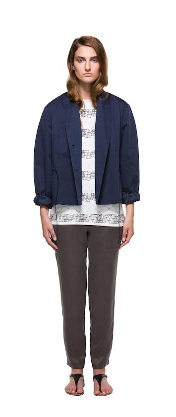 Sca Ulven dámská modrá bunda do pasu, hnědé kalhoty, bílé tričko se vzorem