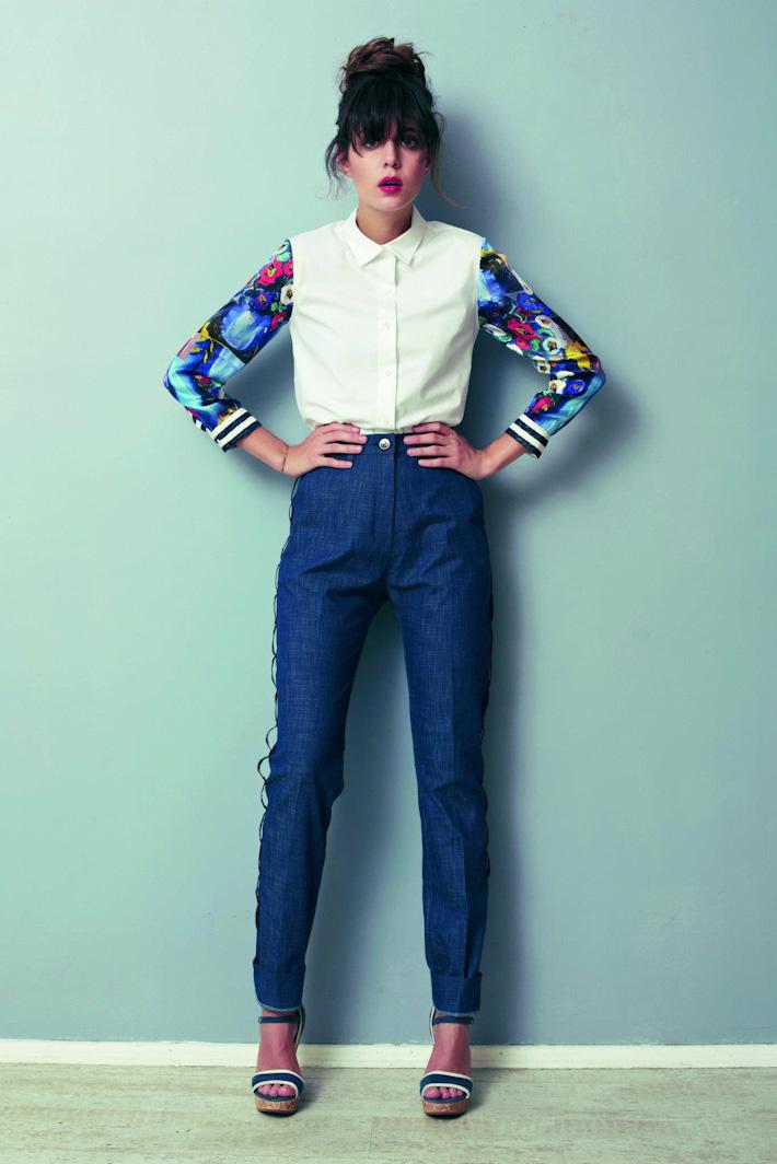 Asli Filinta dámská košile, rukávy skvětinovým vzorem, modré kalhoty