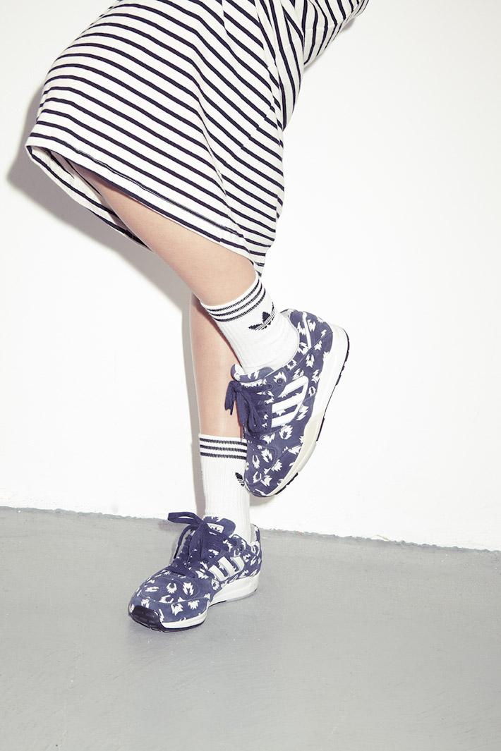 adidas Originals Blue Collection S/S 2013 — dámská pruhovaná sukně, modré tenisky