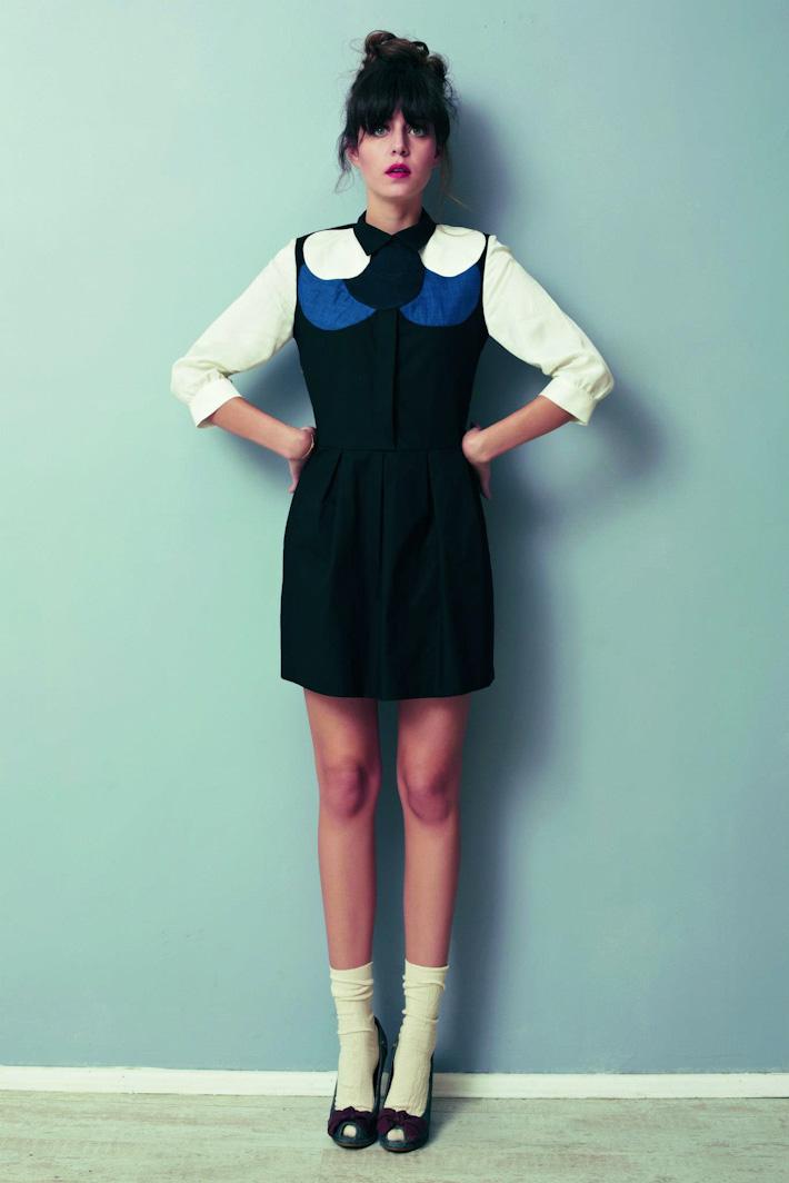Asli Filinta dámské černé šaty sbílými rukávy, modrým abílým dekorem