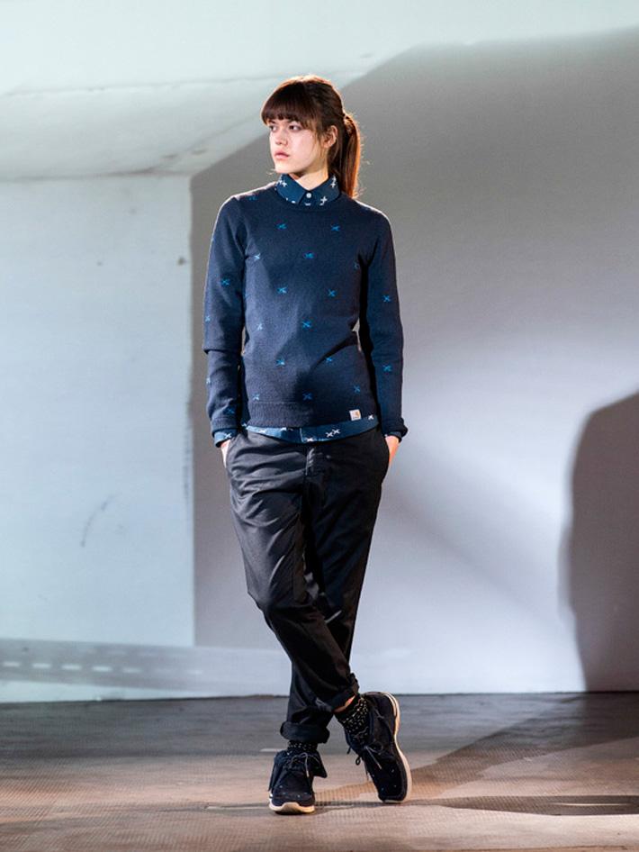 Carhart WIP, dámský modrý svetr, modrá košile, řerné kalhoty