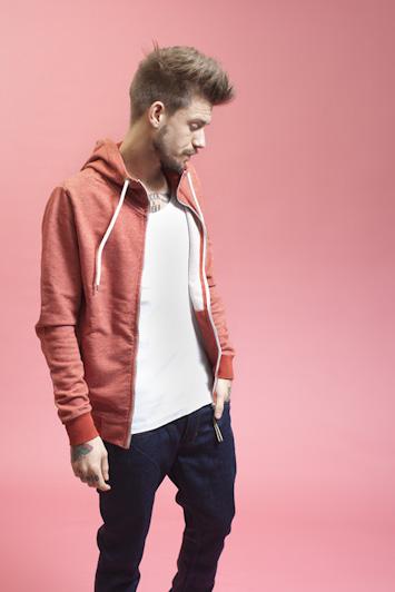RVLT/Revolution, červená melírová mikina na zip, modré jeansy, bílé triko