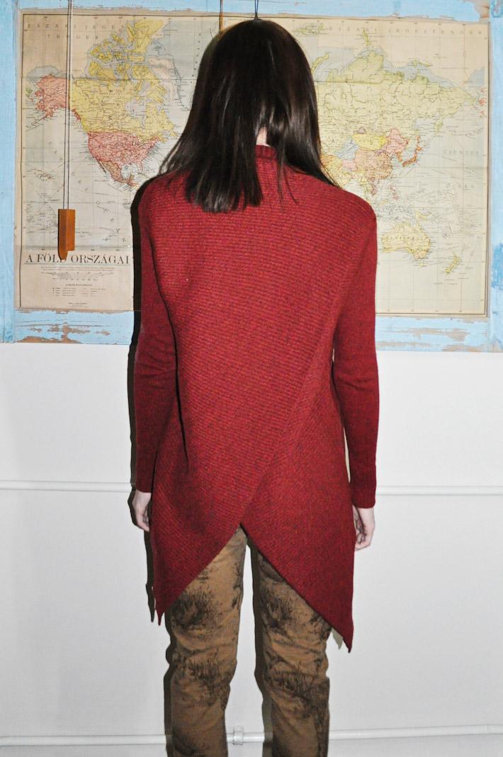 Kele dámský pletený svetr červený, hnědé kalhoty spotiskem