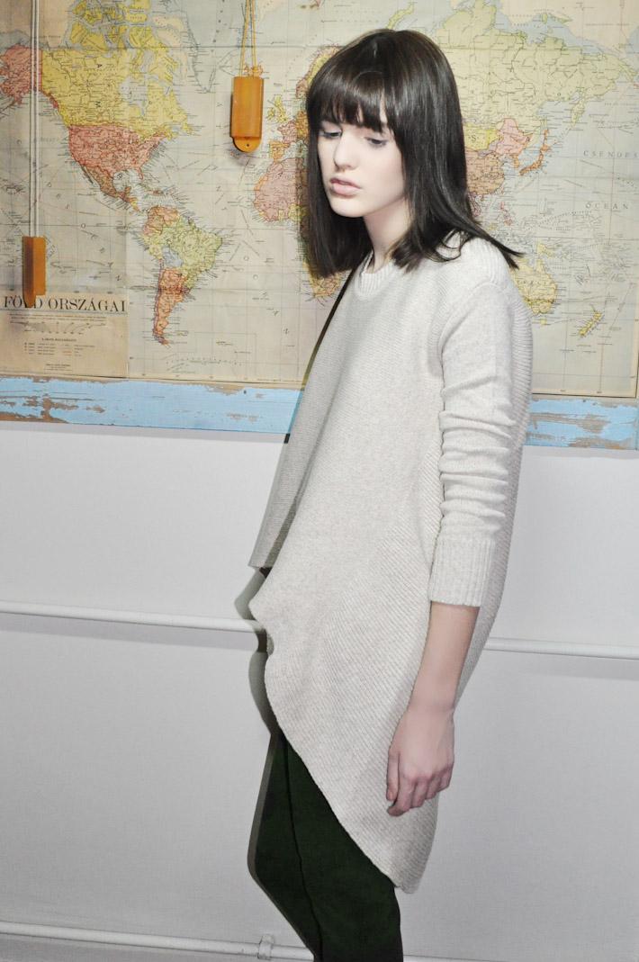 Kele dámský pletený svetr šedo bílý, hnědé kalhoty spotiskem