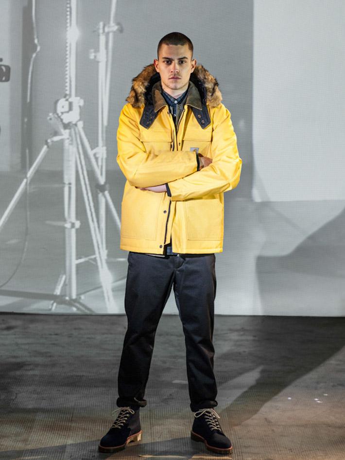 Carhart WIP pánská žlutá zimní bunda skapucí skožíškem, černé kalhoty