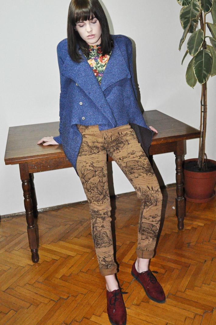 Kele dámský pletený modrý svetr se zapínáním, hnědé kalhoty spotiskem