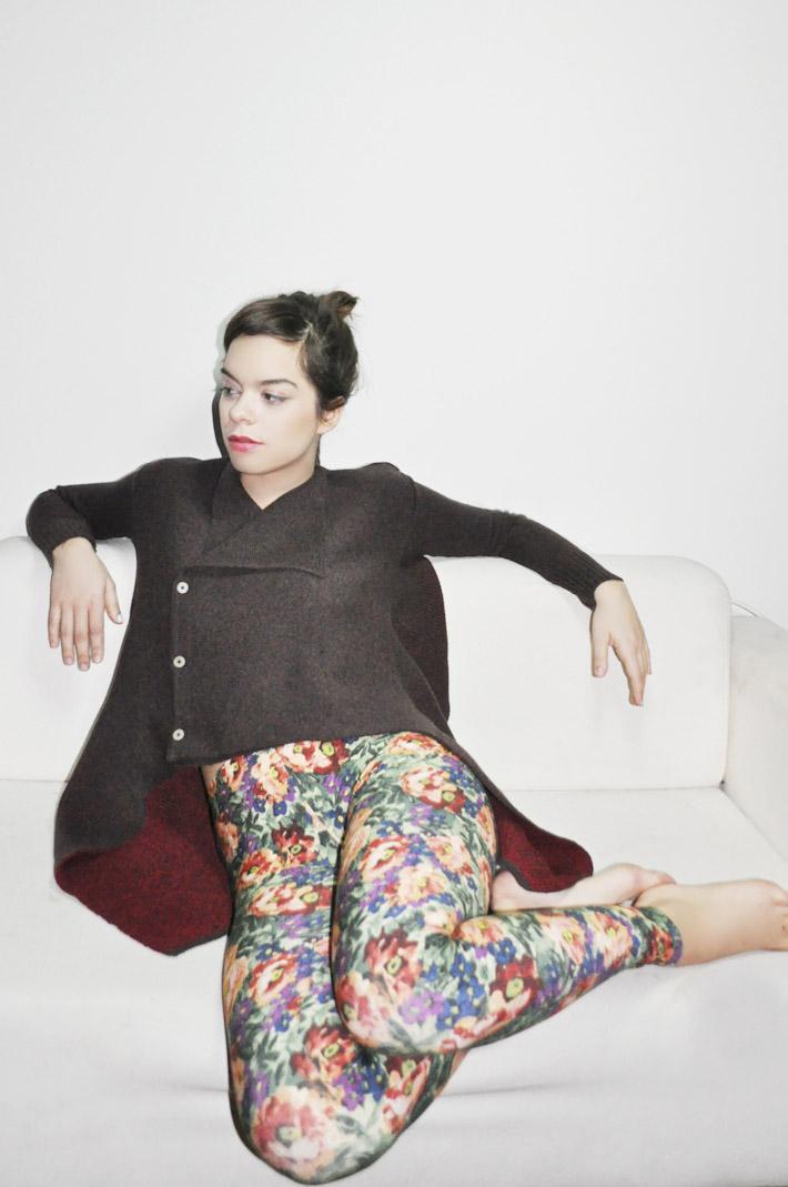 Kele dámský pletený tmavě hnědý svetr se zapínáním, legíny skvětinovým vzorem