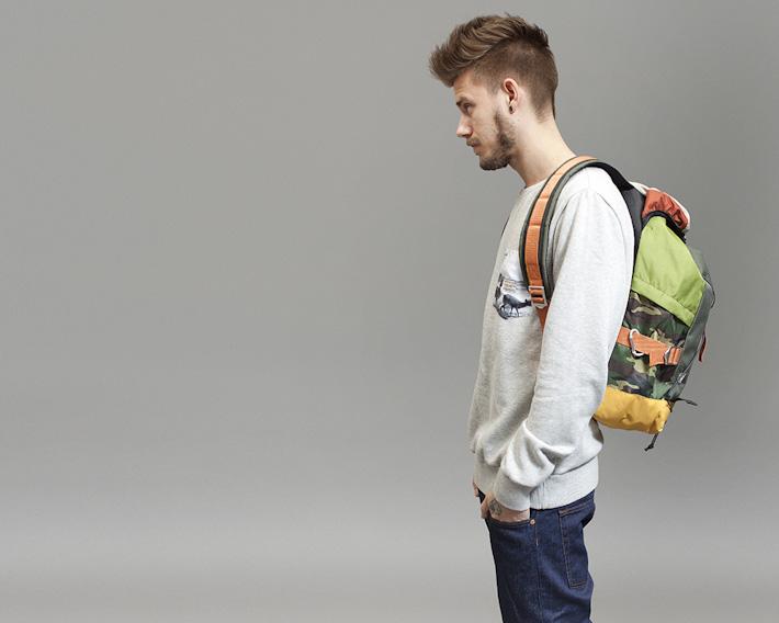 RVLT/Revolution, batoh na záda, melírová mikina, modré jeansy