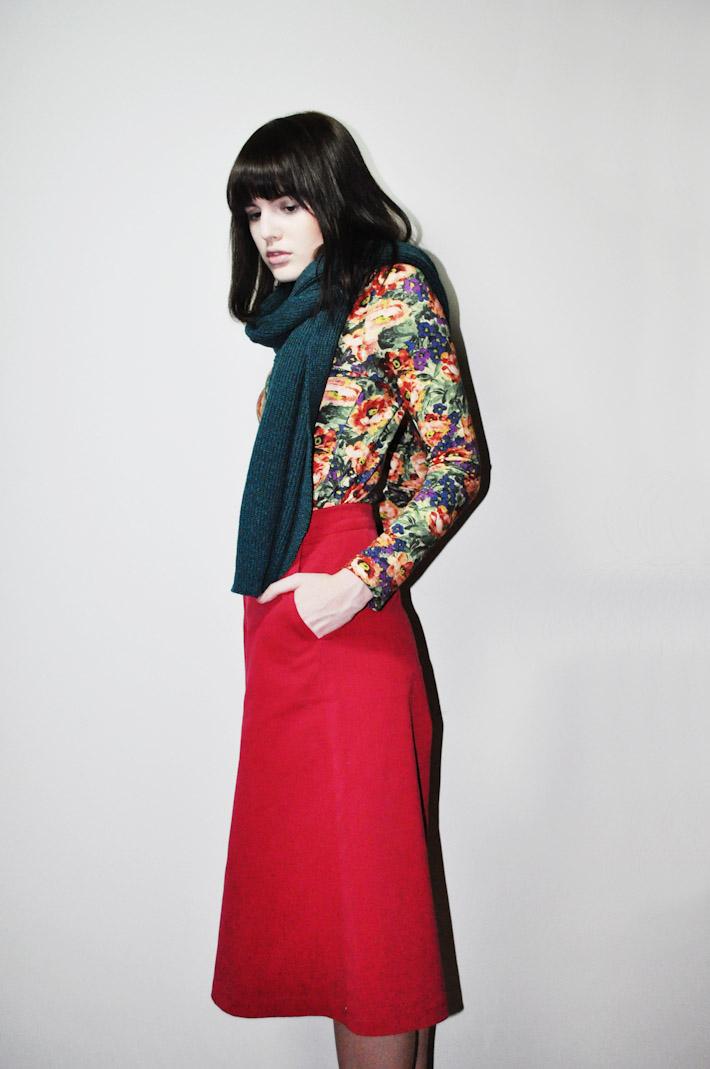 Kele dámské tričko skvětinovým motivem, červená sukně