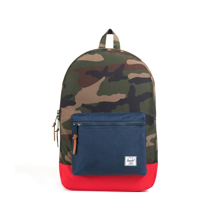 Herschell Supply batoh na záda Settlement, maskáčový vzor, modrá kapsa, červené dno