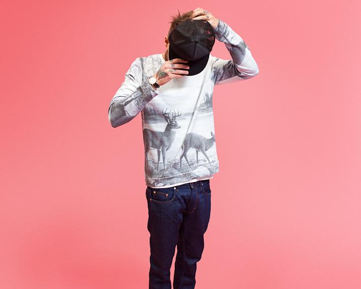 RVLT/Revolution, mikina scelopotiskem, motiv jelena asrnky, modré jeansy