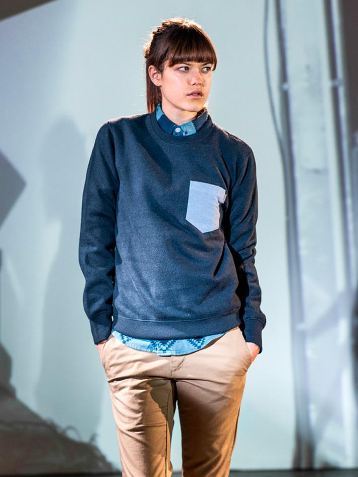 Carhart WIP, dámská modrá mikina skapsičkou, béžové kalhoty
