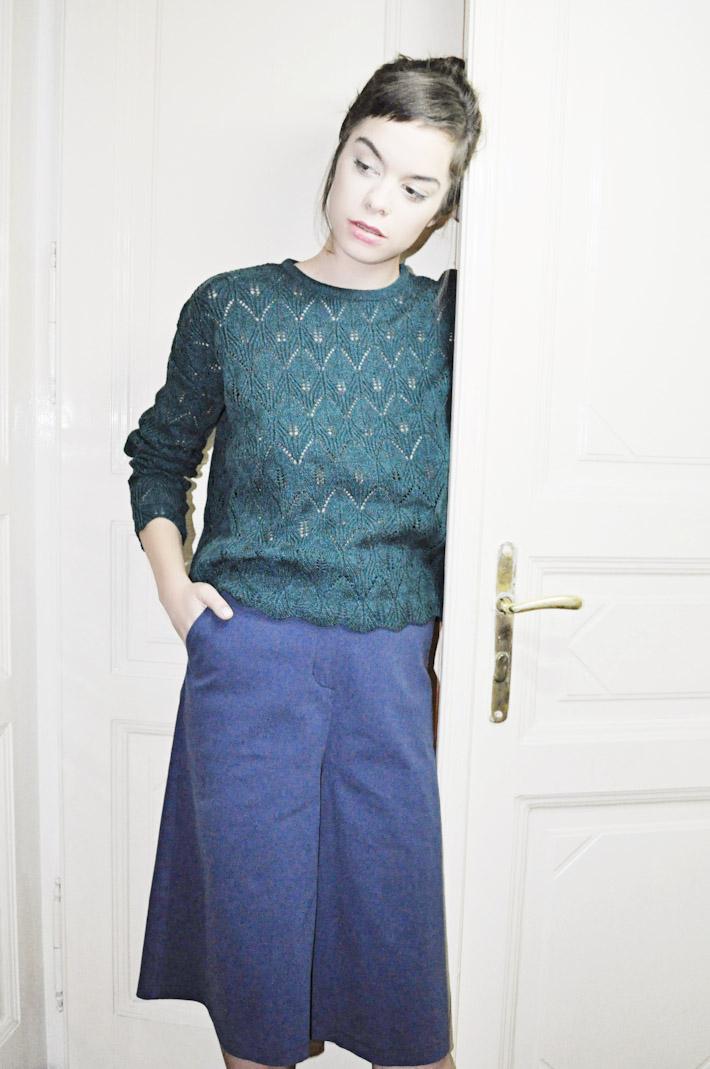 Kele dámský zelený svetr pletený do pasu, modrá sukně
