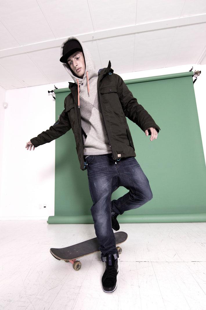 Humör pánská černá zimní bunda, šedá mikina, modré jeansy