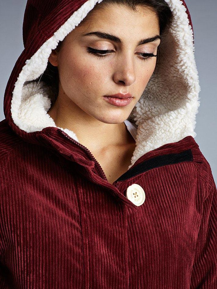 Makia dámský červený manšestrový zimní kabát skapucí askožešinou