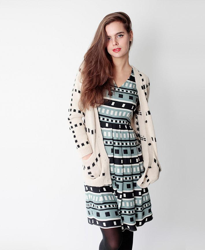 Dusen Dusen dámský pletený svetr bílý na zapínání, zelené vzorované šaty