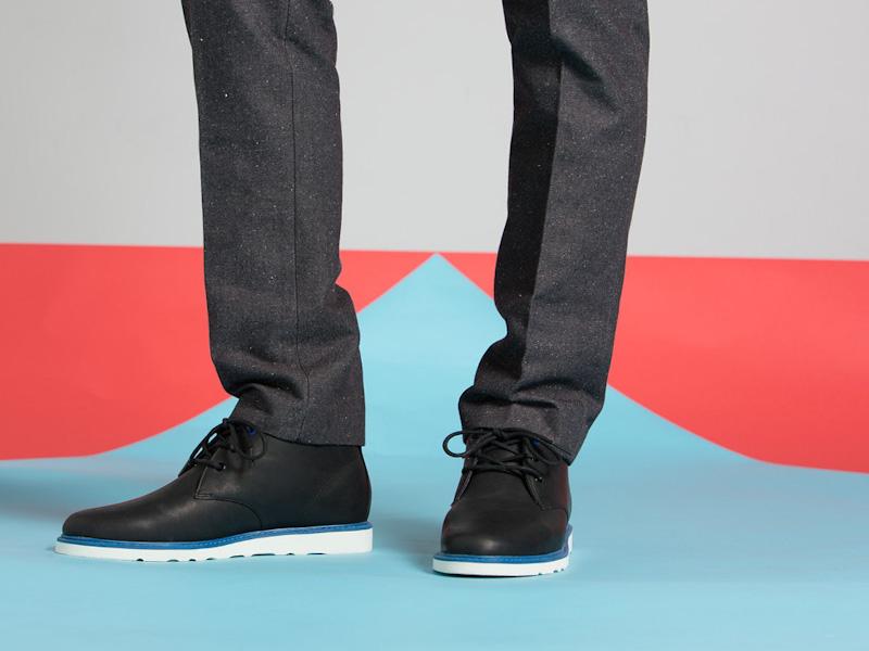 Clae – kotníkové boty pánské, kožené, černé, modro-bílá podrážka